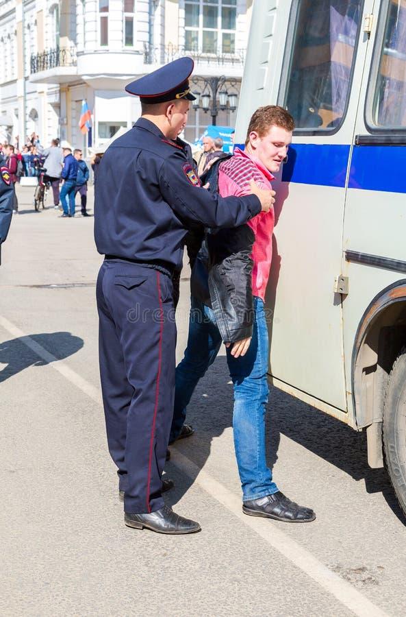 Le protestataire est arrêté par la police au rassemblement d'opposition photo stock