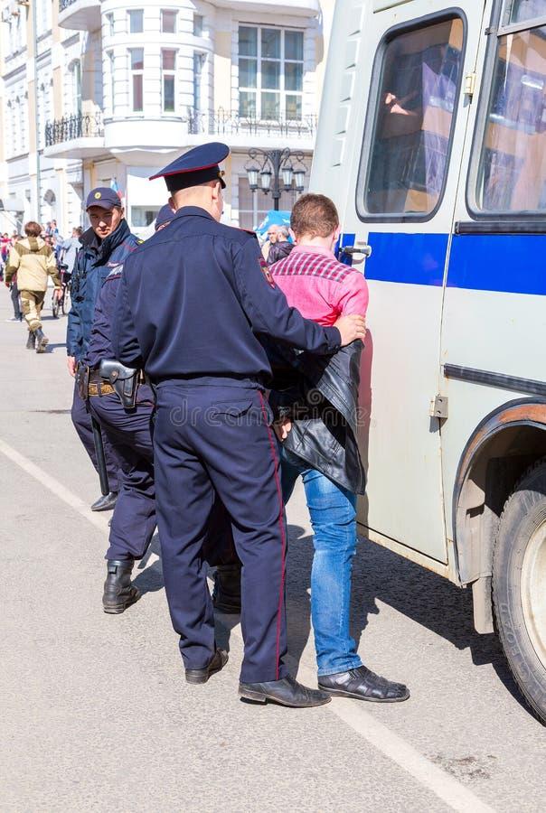 Le protestataire est arrêté par la police au rassemblement d'opposition image stock