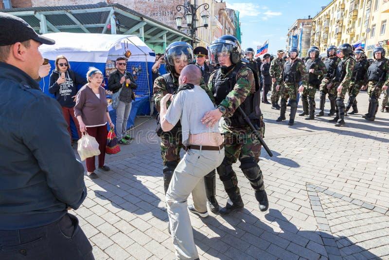 Le protestataire est arrêté par la police au rassemblement d'opposition images stock