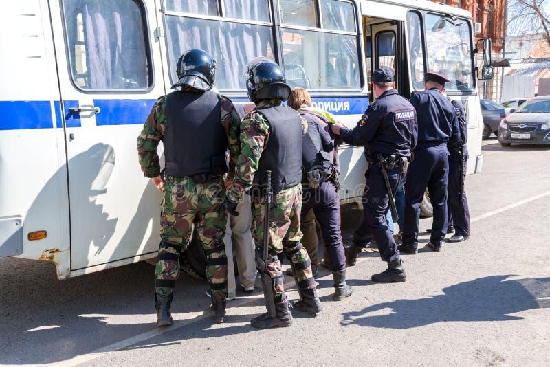 Le protestataire est arrêté par la police au rassemblement d'opposition images libres de droits