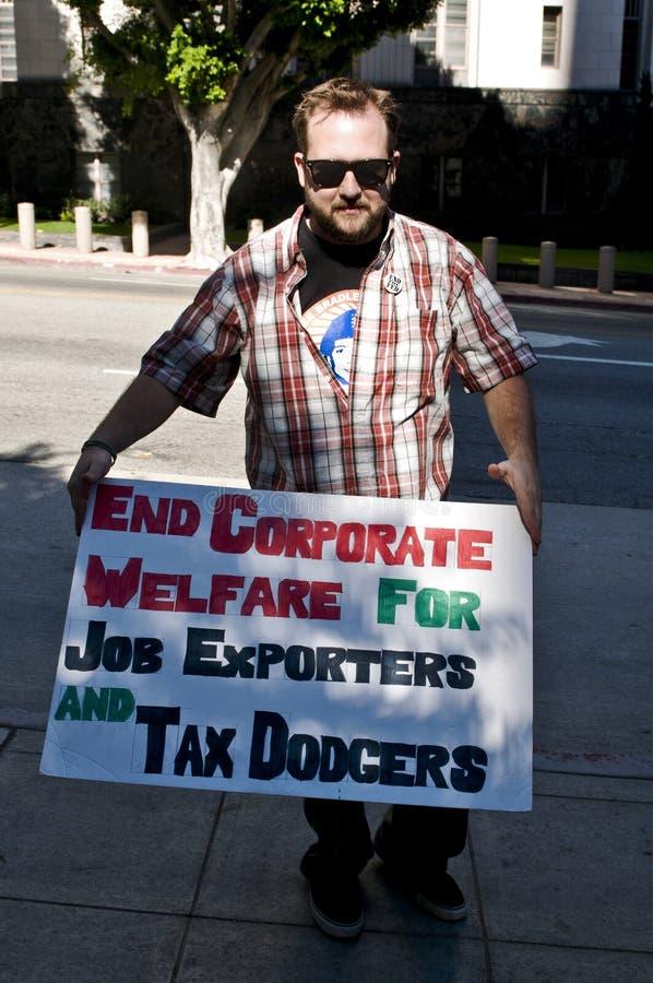 Le protestataire retardent le signe à occupent L.A. images libres de droits