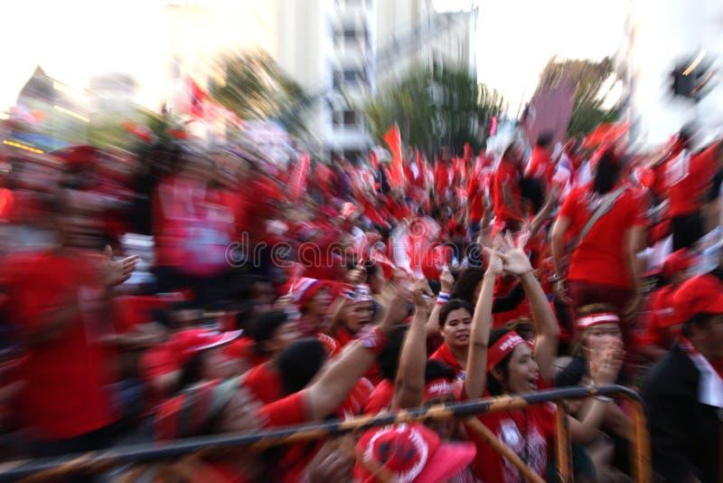 Le protestataire rouge de chemise sont protestation contre le gouvernement images stock