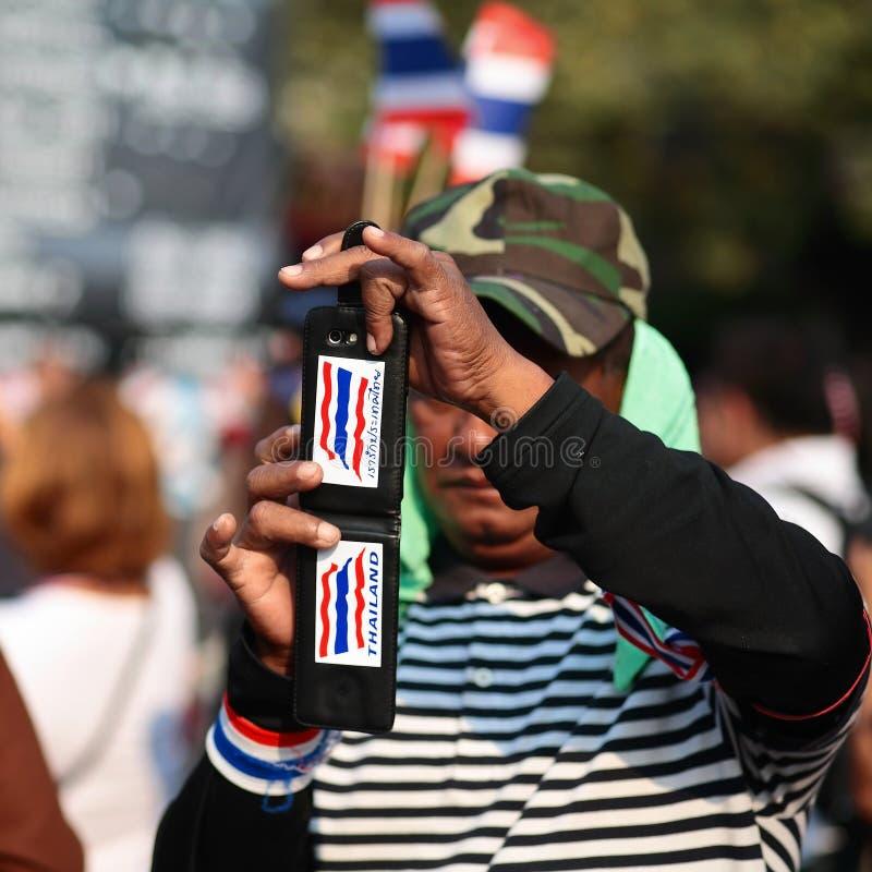 Le protestataire utilise un smartphone pour capturer le rassemblement anti-gouvernement image libre de droits