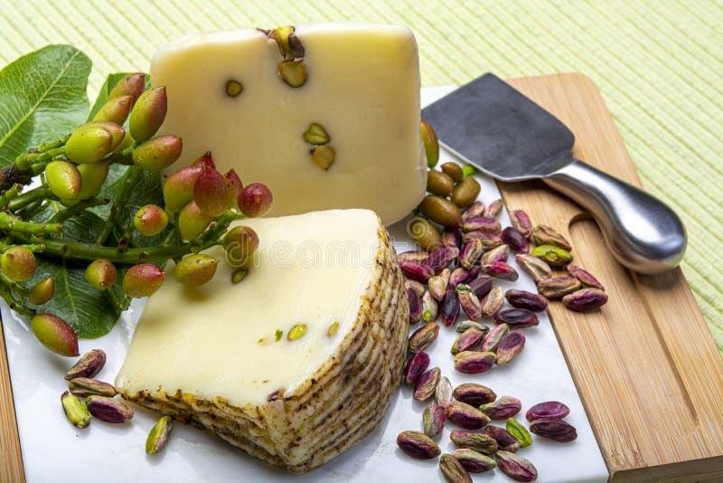 Le provolone ou le fromage italien de provola fabriqué en Sicile avec les pistaches vertes savoureuses de Bronte a servi sur la f images stock