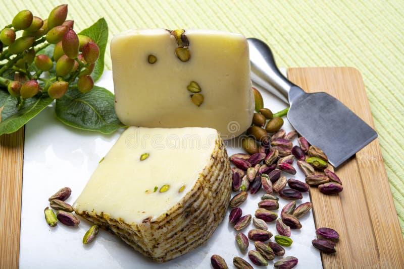 Le provolone ou le fromage italien de provola fabriqué en Sicile avec les pistaches vertes savoureuses de Bronte a servi sur la f images libres de droits
