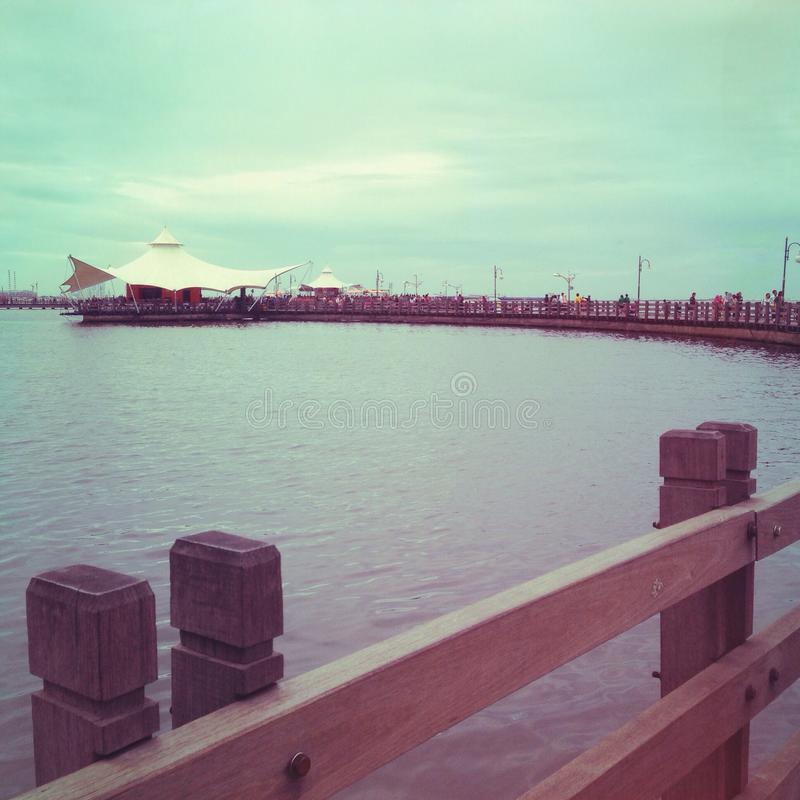 Le Przerzucający most przy Ancol plażą fotografia royalty free