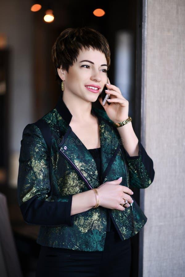Le psycologist professionnel ou le lawer de femme réussie parle par le téléphone portable avec son client ou associé photo stock