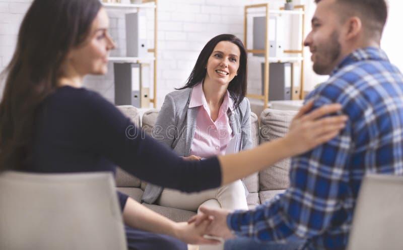 Le psykologen som ser älskvärda par på terapi royaltyfri foto