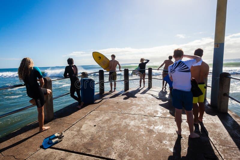 Le public surfant de surfers ondule le pilier photographie stock libre de droits