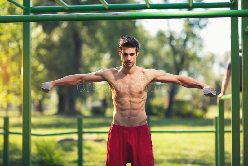 Le puits a construit l'homme musculaire faisant un exercice physique photographie stock libre de droits