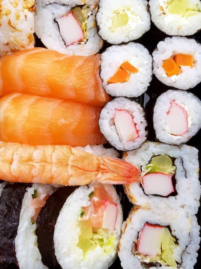 Le puits d?licieux frais a fait des petits pains de sushi vus ? partir d'en haut images libres de droits