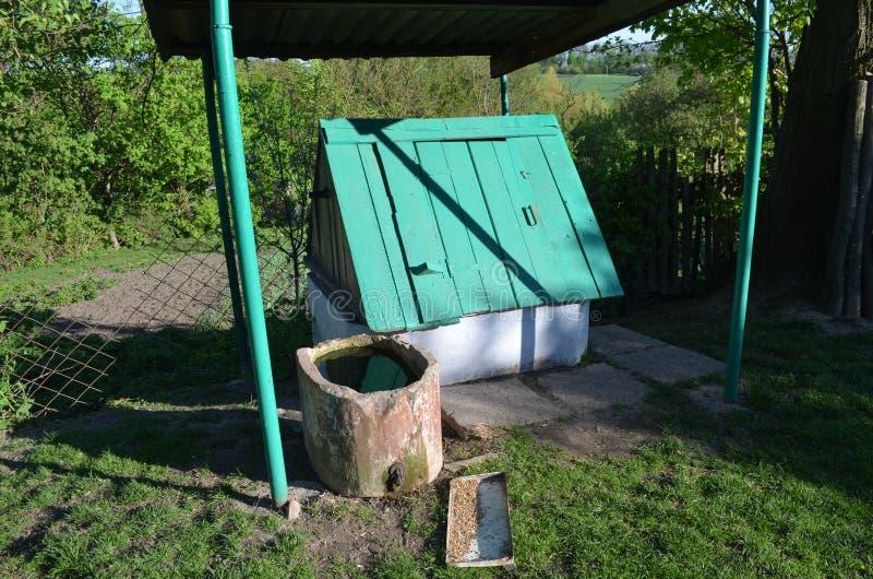 Le puits de vert est dans la cour image libre de droits