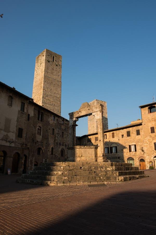 Le puits médiéval en pierre de San Gimignano à l'aube photos libres de droits