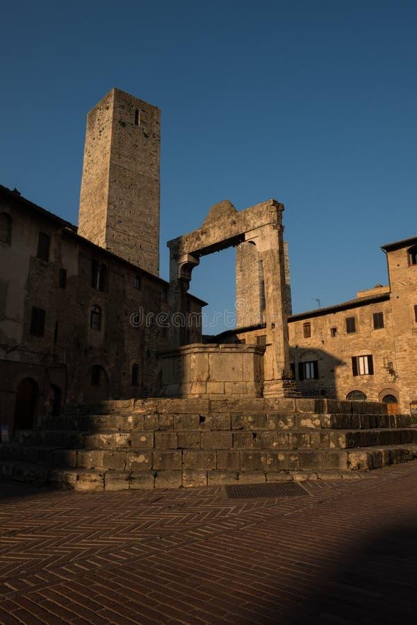 Le puits médiéval en pierre de San Gimignano à l'aube photographie stock libre de droits