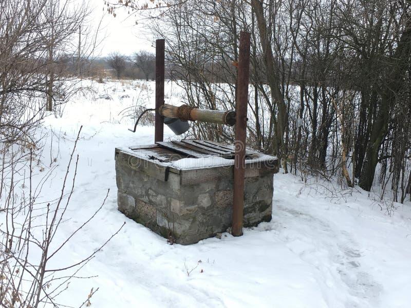 Le puits qui a été construit il y a 70 ans fonctionne aujourd'hui photo stock