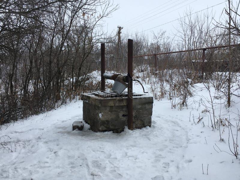 Le puits qui a été construit il y a 70 ans fonctionne aujourd'hui photos stock
