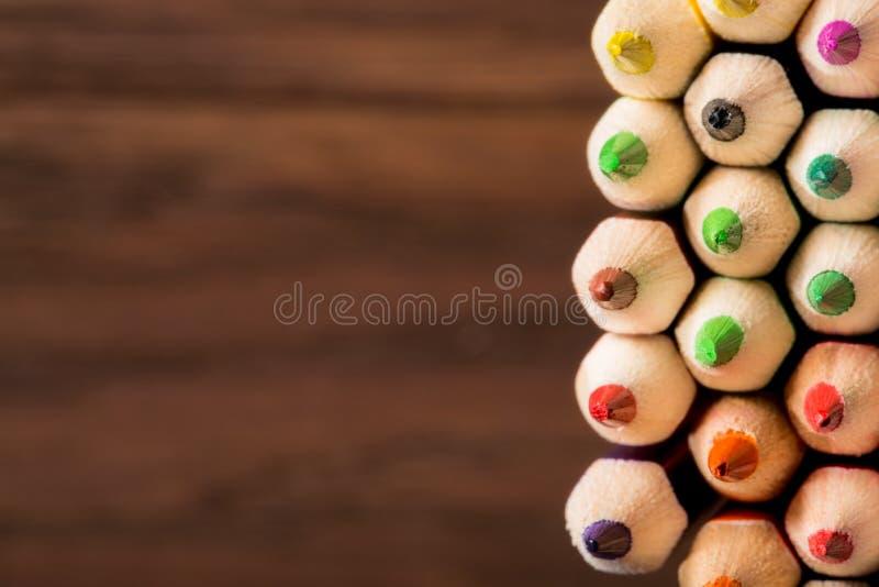 Le punte di coloritura disegnano a matita sopra un fondo strutturato marrone Profondità del campo poco profonda fotografie stock