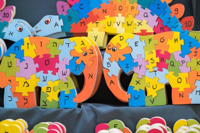 Le puzzle en bois anglais et hébreu d'alphabet ressemble à l'éléphant image libre de droits