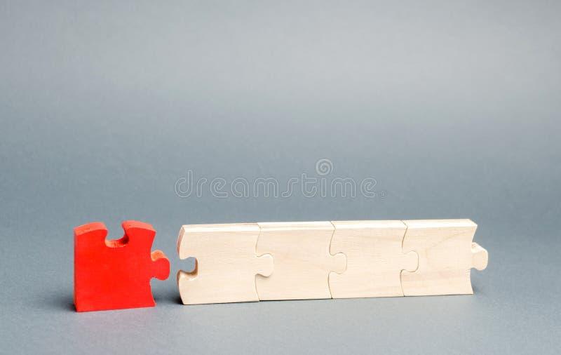 Le puzzle rouge est d?mont? du repos le concept de l'individualit? et de l'unicit? opinion individuelle Trahison dans photo libre de droits