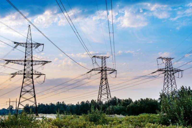 Le pylône électrique dans le domaine de riz avec le ciel bleu Concept de distribution d'énergie photos stock
