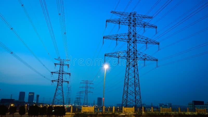 Le pylône à haute tension de l'électricité dans le côté de la route photographie stock libre de droits