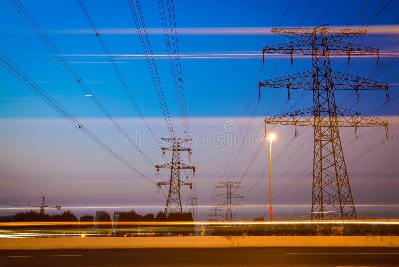 Le pylône à haute tension de l'électricité dans le côté de la route photographie stock