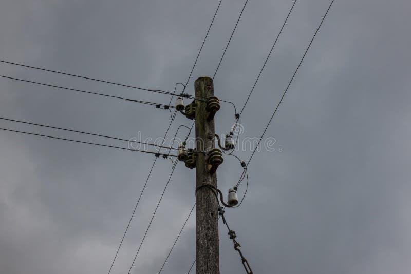 Le pylône en bois de l'électricité contre un ciel images libres de droits