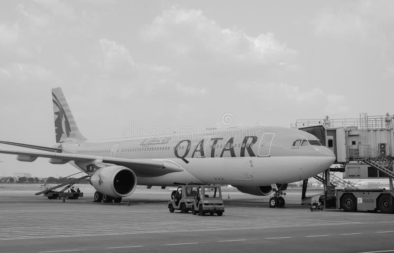 Le Qatar airplen l'amarrage chez Tan Son Nhat Airport, Saigon, Vietnam photographie stock