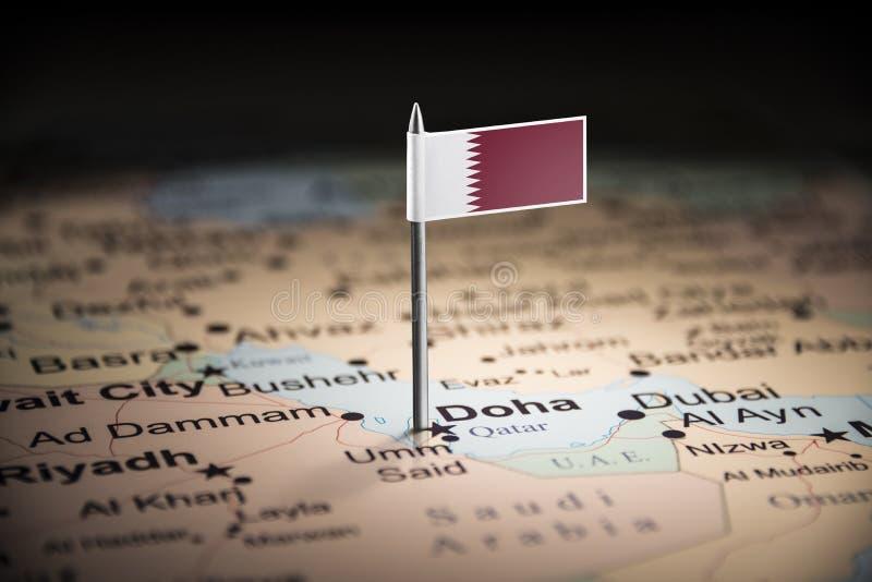 Le Qatar a identifié par un drapeau sur la carte photo libre de droits