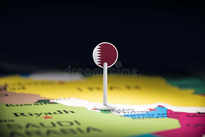 Le Qatar a identifié par un drapeau sur la carte photos libres de droits
