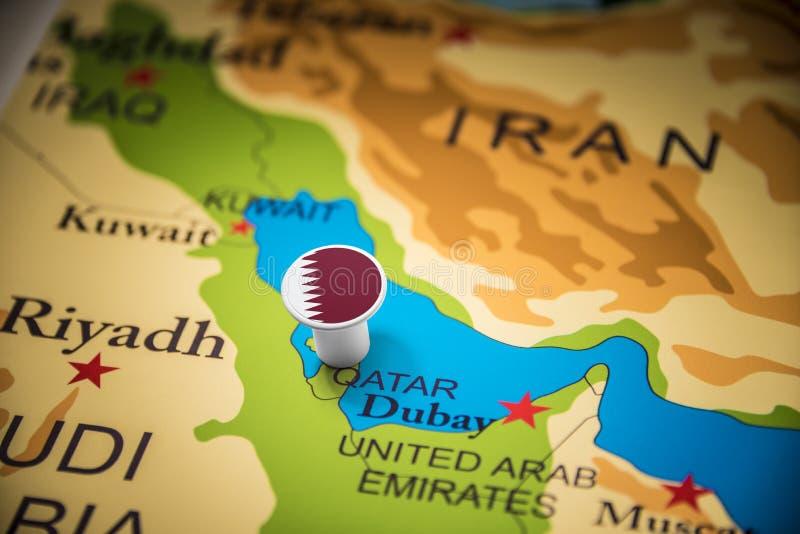 Le Qatar a identifié par un drapeau sur la carte photo stock