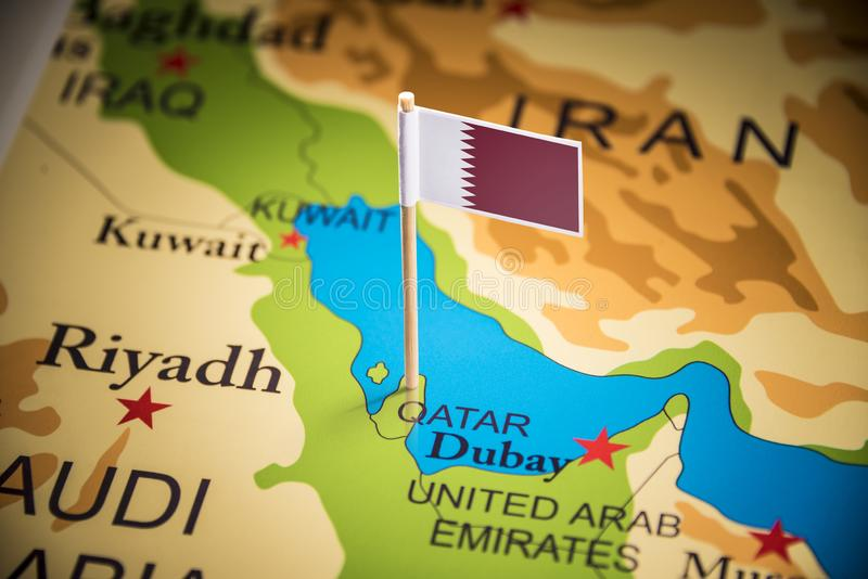 Le Qatar a identifié par un drapeau sur la carte image stock