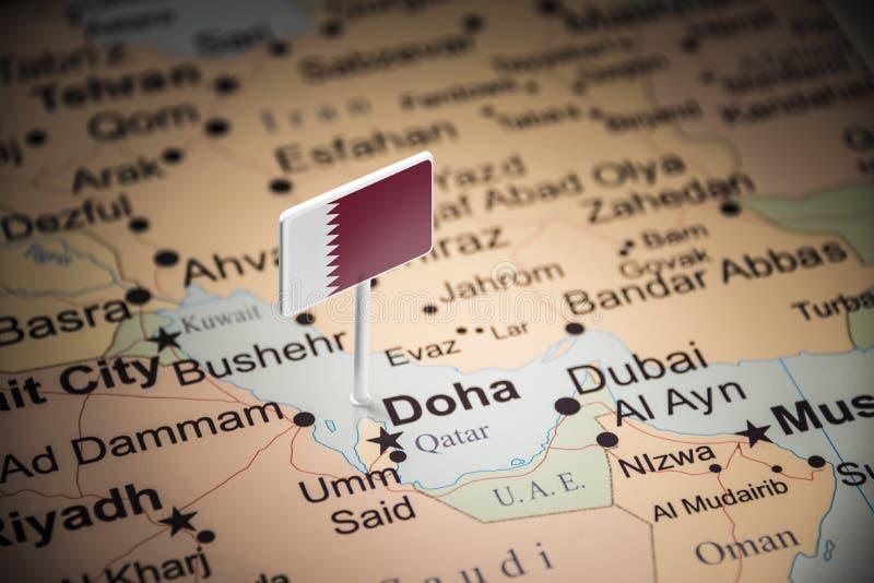 Le Qatar a identifié par un drapeau sur la carte photographie stock