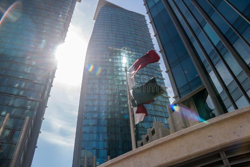 Le Qatar marque la navigation entouré avec de hauts gratte-ciel bleus modernes dans la ville de Doha, Moyen-Orient photos stock