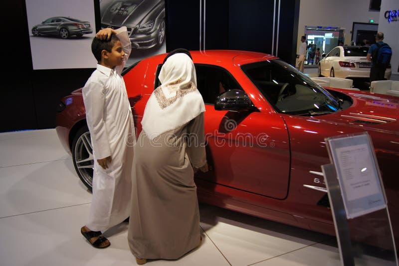 Le Qatar Motorshow 2011 - les garçons arabes s'approchent de Mercedes photos stock