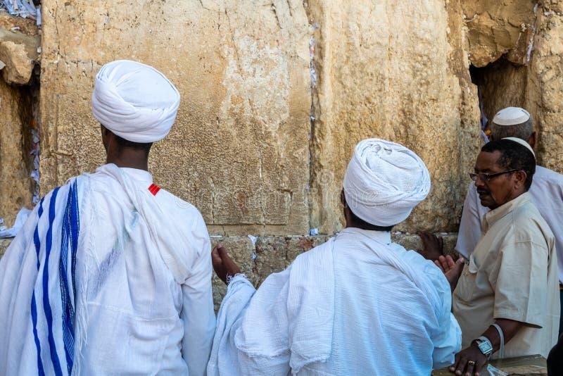 Le qessim éthiopien de rabbins d'Unidentifed et leurs membres d'une congrégation prient au mur occidental de Jérusalem photographie stock libre de droits