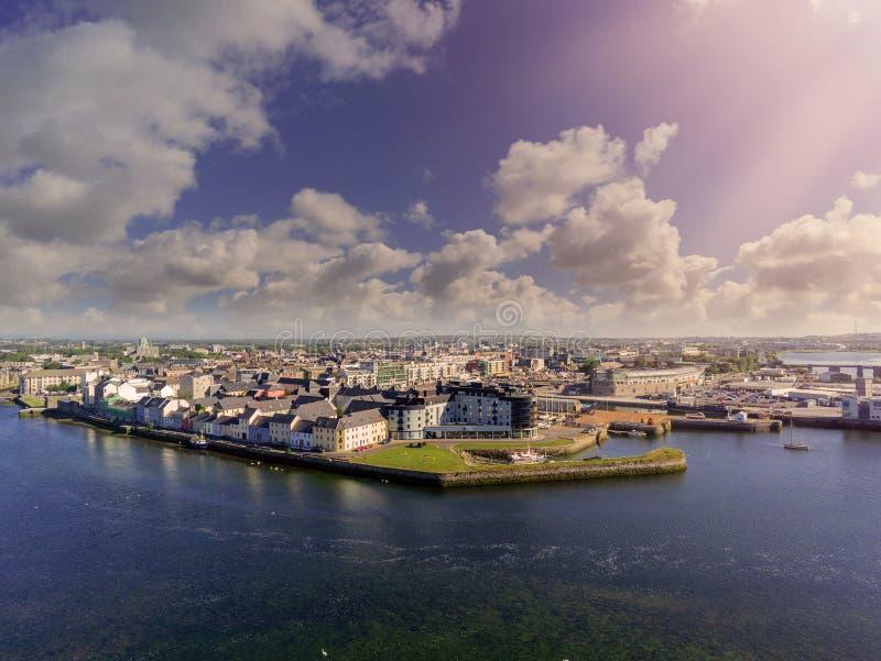 Le quartier des Docks de Galway City. Irlande, beau temps, ciel nuageux, soleil rayonnant. Corrib fluvial. Vue aérienne photos stock