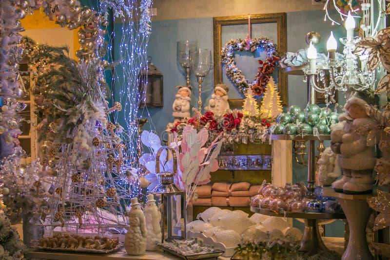 Le règne de l'intérieur de boutique de Santa Claus avec des décorations de Noël photos libres de droits