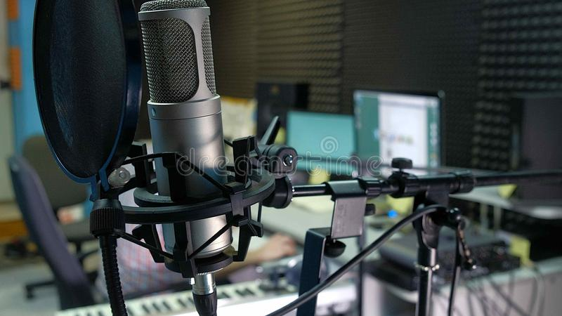 Le rédacteur audio travaille à la voie audio dans le bruit de studio photo stock