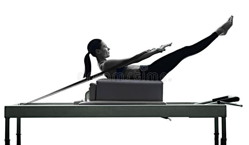 Le réformateur de pilates de femme exerce la forme physique d'isolement images stock