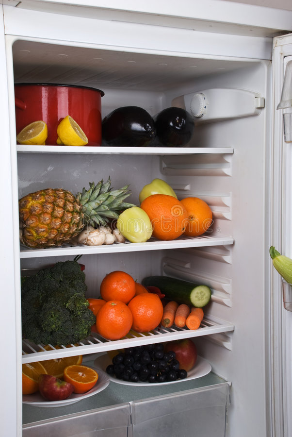 le réfrigérateur porte des fruits de pleins légumes image libre de droits