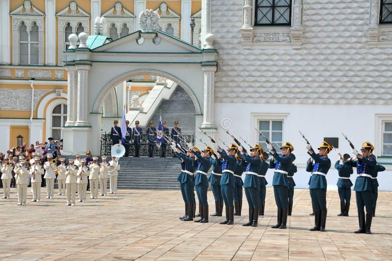 Le régiment présidentiel garde le feu un salut d'arme à feu photos stock