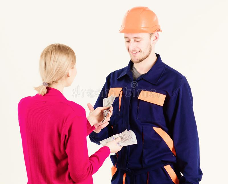 Le réparateur heureux obtiennent le salaire pour le travail Jour de paie et concept de paiement photo stock