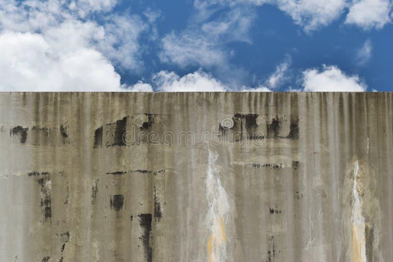 Le réservoir d'eau fait de corrections négligées par ciment endommagent dû images stock