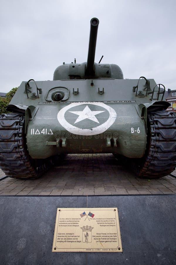 Le réservoir de l'armée américaine a démantelé pendant la bataille pour défendre Bastogne, Belgique images libres de droits