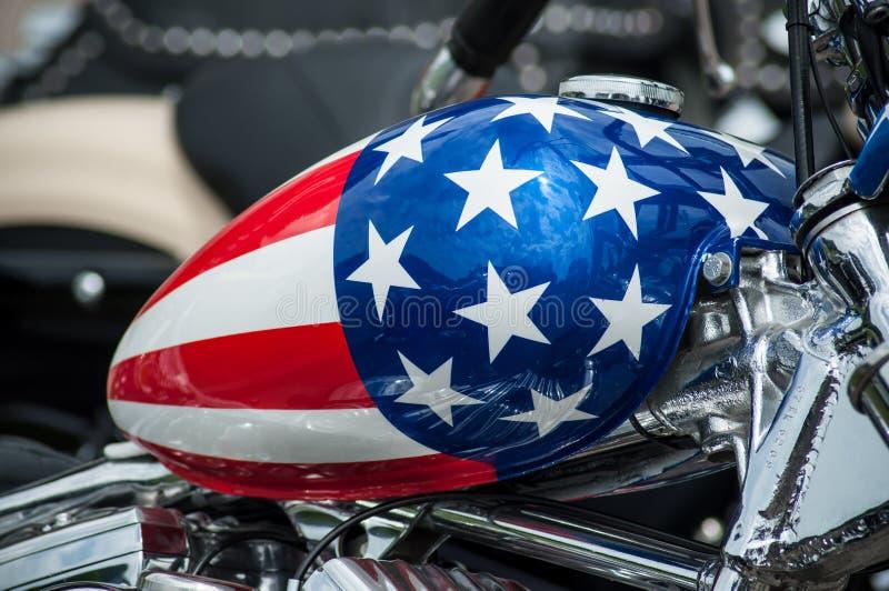le réservoir de motocyclette avec la peinture de drapeau américain sur la motocyclette de Harley Davidson s'est garé dans la rue images libres de droits