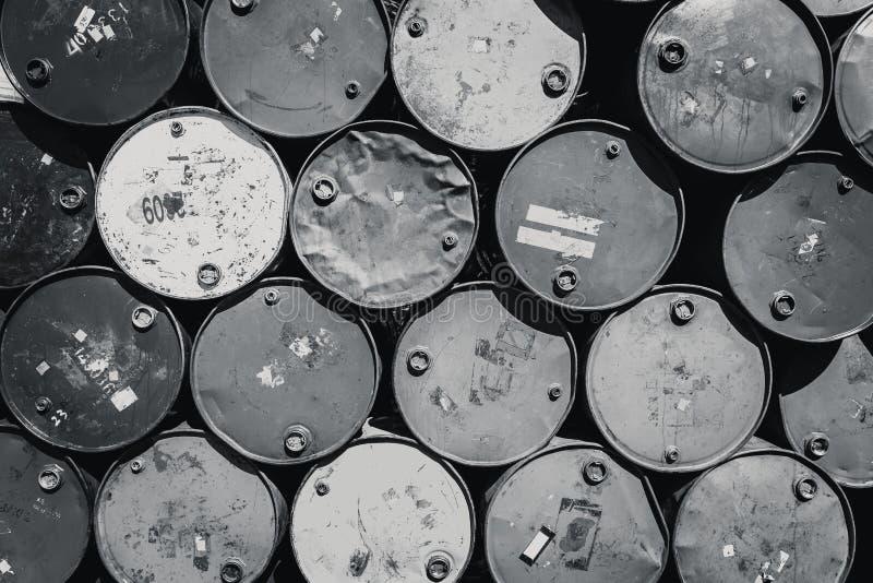 Le réservoir en acier de baril ou le produit chimique toxique de mazout barrels le ton noir et blanc de couleur photo stock