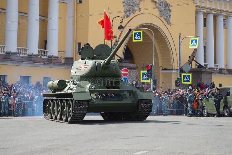 Le réservoir légendaire du Soviétique T-34 sur le défilé de Victory Day photos libres de droits