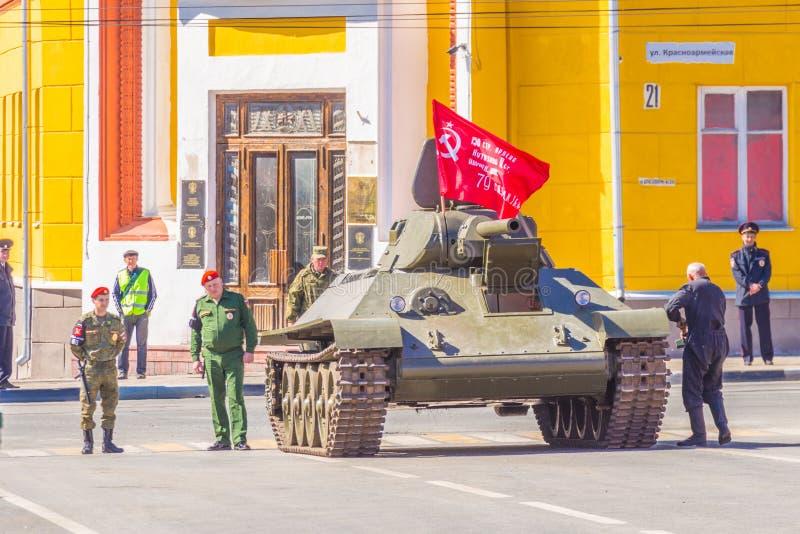 le réservoir moyen soviétique légendaire T-34-85, une version avec une grande arme à feu dans la ville photos stock