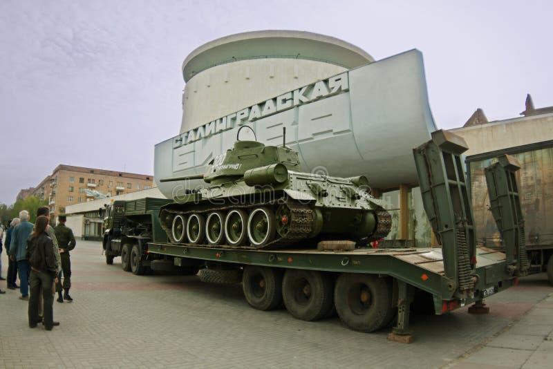 Le réservoir T-34 est chargé sur la plate-forme automatique sur le fond de la bataille de ` de musée de panorama du ` de Stalingr photographie stock libre de droits